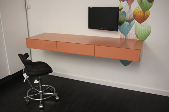 zwevend bureau thuis kantoor roze