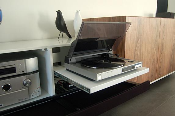 tv kast met tv lift op maat houtfineer design speakerdoek