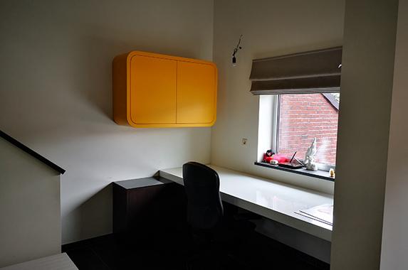 Ordner kast design zwevend oranje